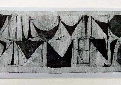 1992 | 290 x 112 cm | naturfarbene, handgesponnene Wolle | Text: M'illumino d'immenso | Ich erleuchte mich am Unendlichen (Ungaretti) | Besitz Klingspor-Museum