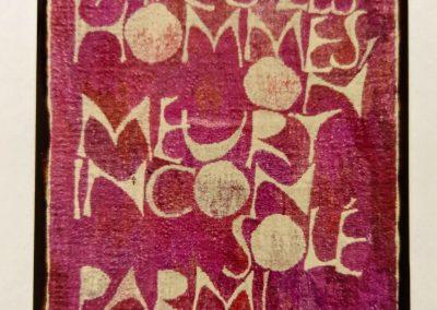 1968 | 95 x 160 cm | handgesponnene Wolle | Text: ON NAÎT AVEC LES HOMMES, ON MEURT INCONSOLÉ PARMI LES DIEUX | Mit den Menschen wird man geboren, ungetröstet stirbt man unter den Göttern | René Char