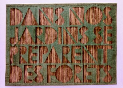 1972 | 80 x 130 cm | Wolle, Buchstaben aus frei liegenden Kettfäden | Text: DANS NOS JARDINS SE PRÉPARENT DES FORÊTS | In unseren Gärten bereiten sich Wälder vor | René Char | Besitz: Bredow, Aschaffenburg